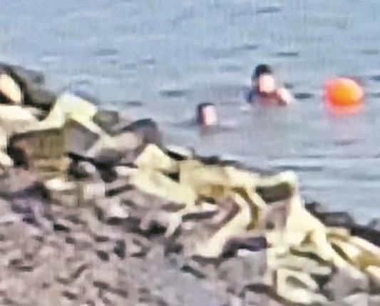 男子被冲江中无力游回岸 救援人员及时发现并救起