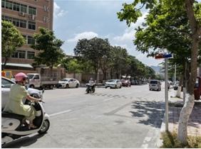 小区门口设置四条减速带 交警部门回应:不予拆除