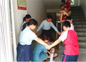 校园举行预防踩踏安全演练活动 提高师生应急避险的意识