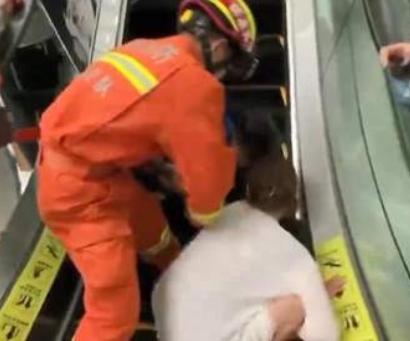 男孩搭乘扶梯脚被卡住 多人协力施救
