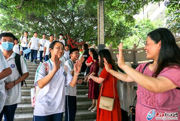 晋江21679名考生完成大考 告别初中三年生活