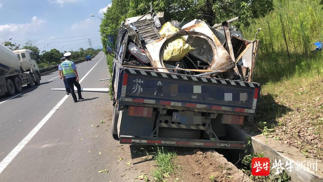 司机行车过程中犯起困 导致车辆侧翻在路边排水沟