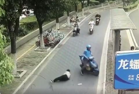 外卖骑手撞倒老人强行离开 将面临罚款和拘留