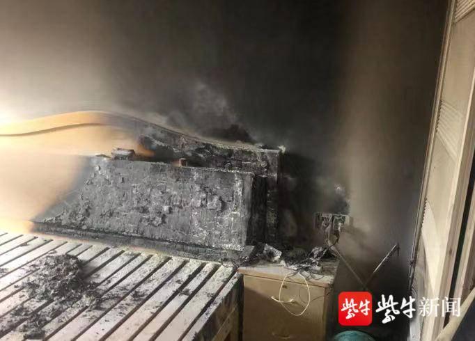 充电器不拔造成短路引起火灾 消防员及时扑救