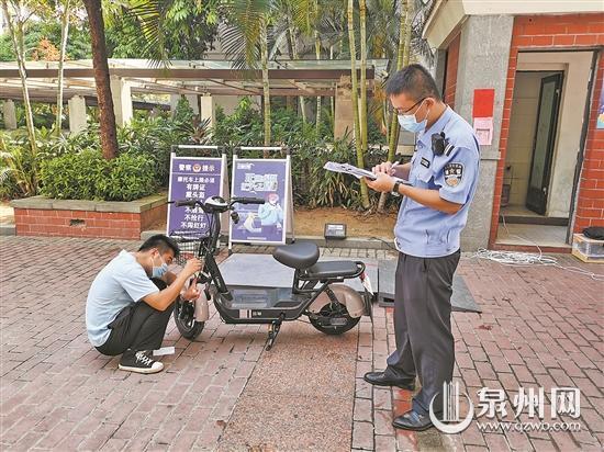 交警大队为群众提供电动自行车上牌服务
