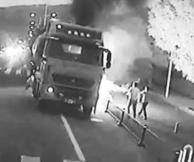水泥罐车燃起熊熊大火 公交司机与乘客协力灭火