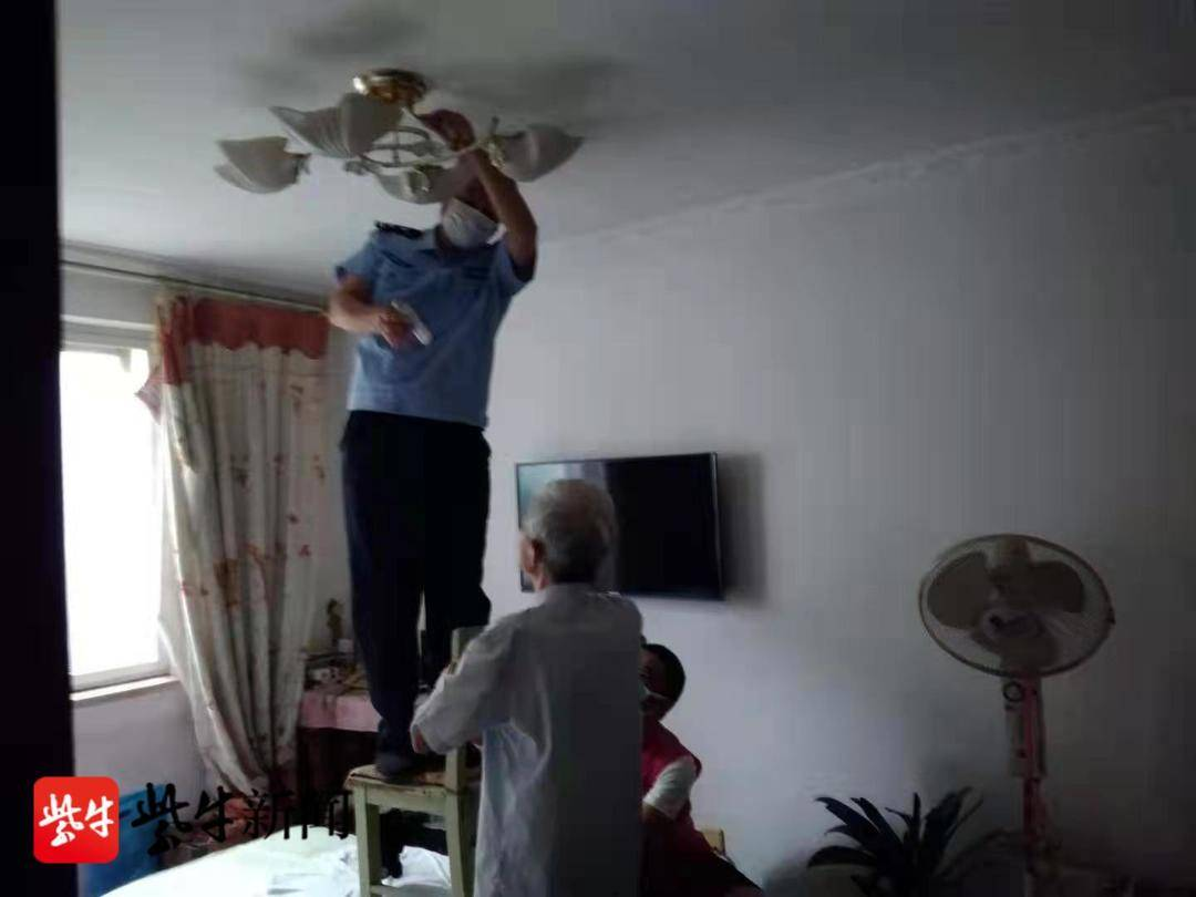 八旬老夫妻几次尝试换灯泡失败 联系民警求得帮助