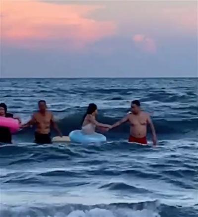 5名游客被海风吹离海岸 救援人员平安转移岸上