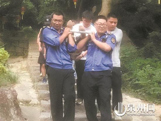 六旬游客爬山摔断腿 执法大队用担架安全抬下山