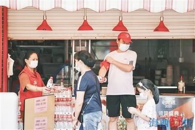 """商铺老板参与志愿服务 传承""""厝边""""互助精神"""
