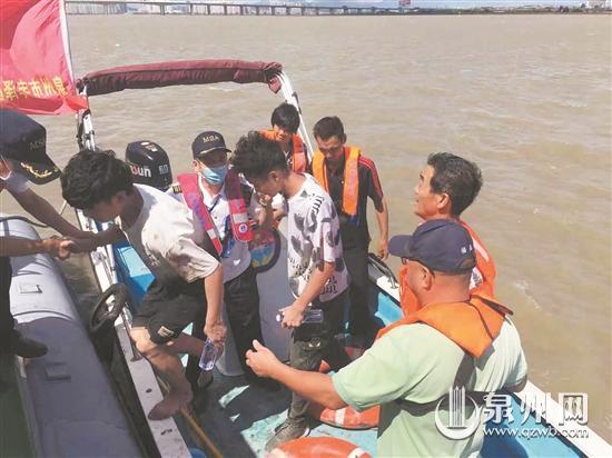 两名年轻男子被困江边滩涂 海上救援中心迅速出动