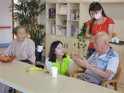 志愿者为老人送上节日慰问品 让老人享受社会关爱