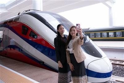 """""""澜沧号""""动车组即运抵火车站 承载老挝民众期盼"""